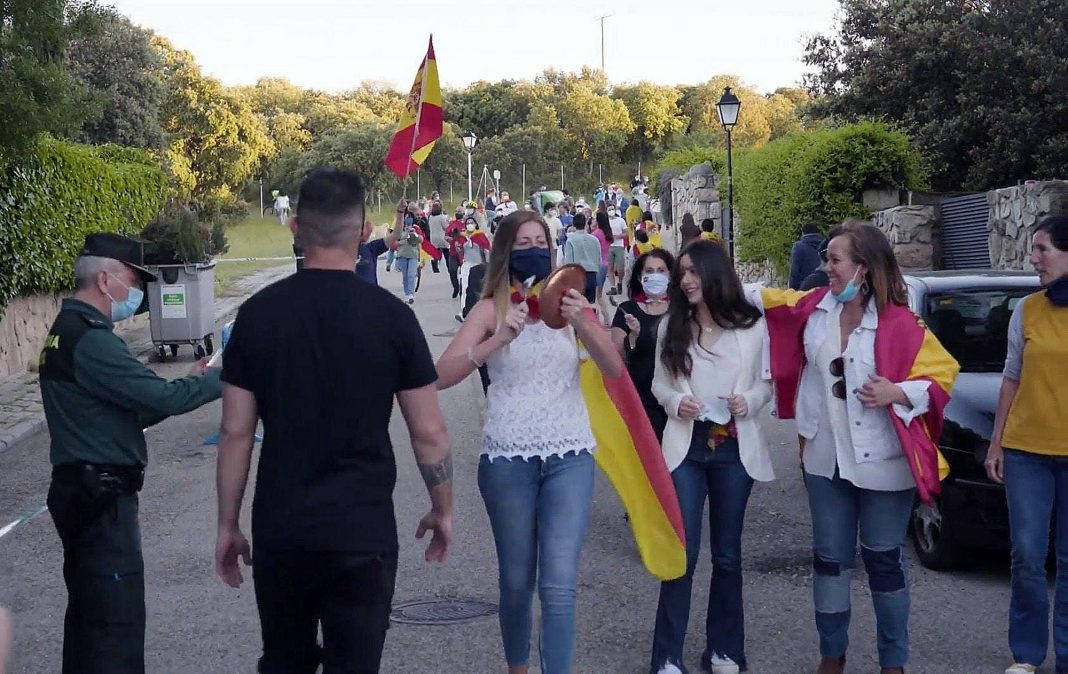 Protesters denounce government's management in front of Pablo Iglesias' house