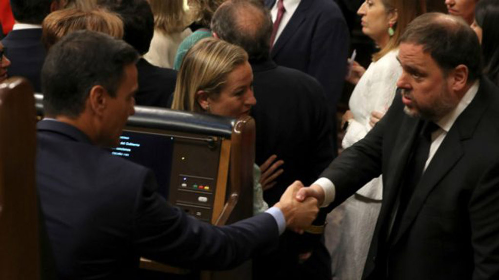 Sanchez with the leader of the Catalan Republican Left, Oriol Junqueras,