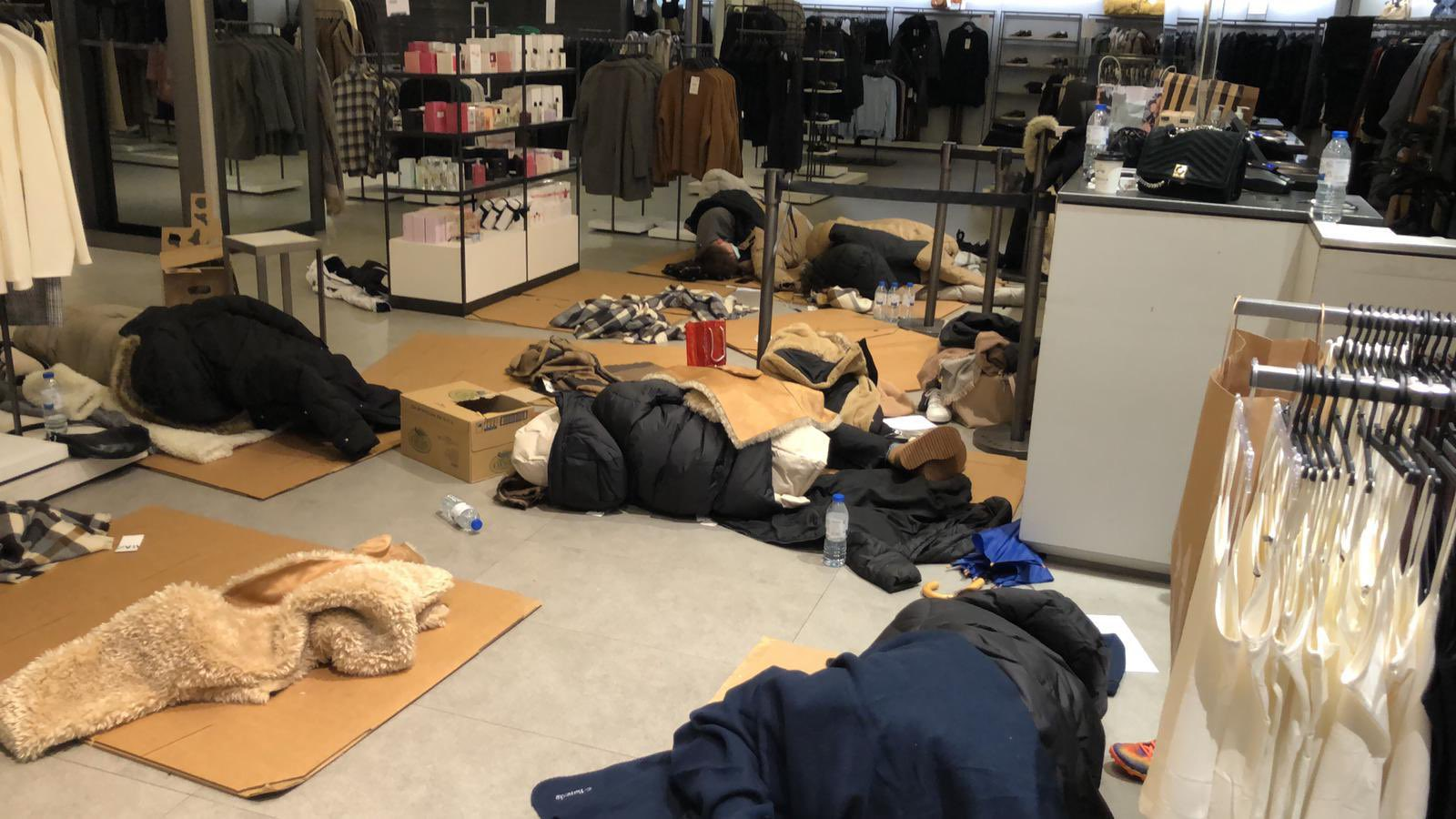 Photographs of employees at the Zara store sleeping on cardboard have been shared on the social network Twitter.